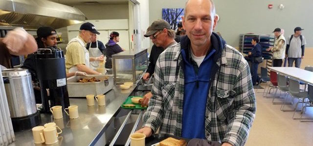 Bischof Bolen als Obdachloser in einer Mensa (Foto: Radio Vatikan)